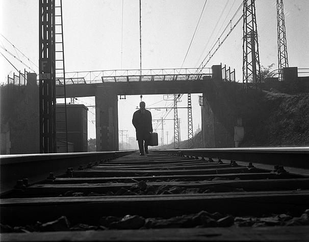 606px-23.10.1963._Gr%C3%A8ve_SNCF_voyageur_seul._1963_-_53Fi3142-606x475.jpg