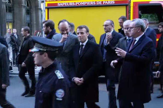 L'image fait le tour des réseaux sociaux. Lors de l'arrivée du tandem gouvernemental aux abords de Notre Dame encore en flammes, Edouard Philippe, main devant la bouche, semble faire part d'une réflexion amusante à Emmanuel Macron, lequel paraît se retenir de rire.