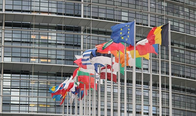 800px-drapeau-du-parlement-europeen-de-strasbourg-800x475.jpg